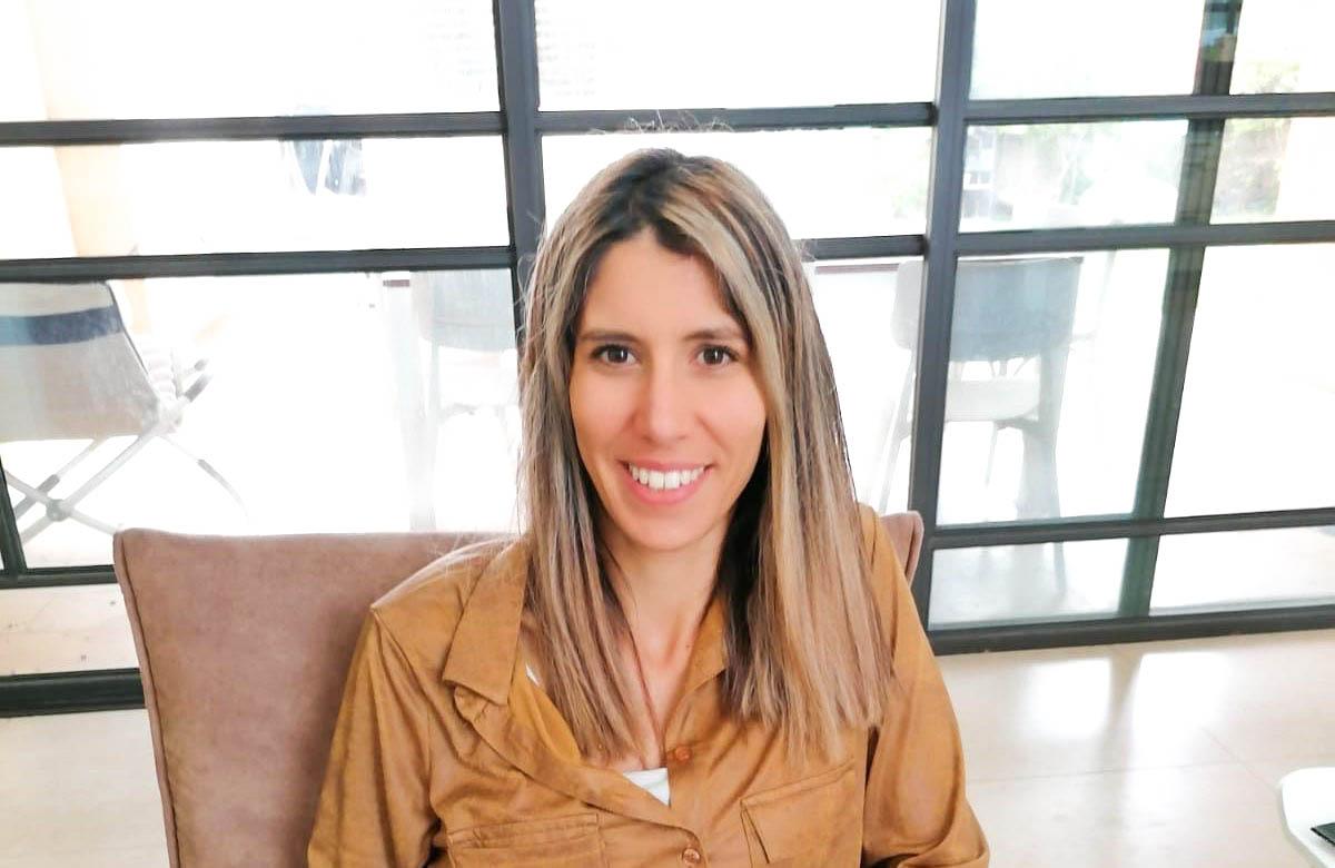 דנה בר שור היא פסיכותרפיסטית קוגניטיבית התנהגותית ומטפלת באמנות