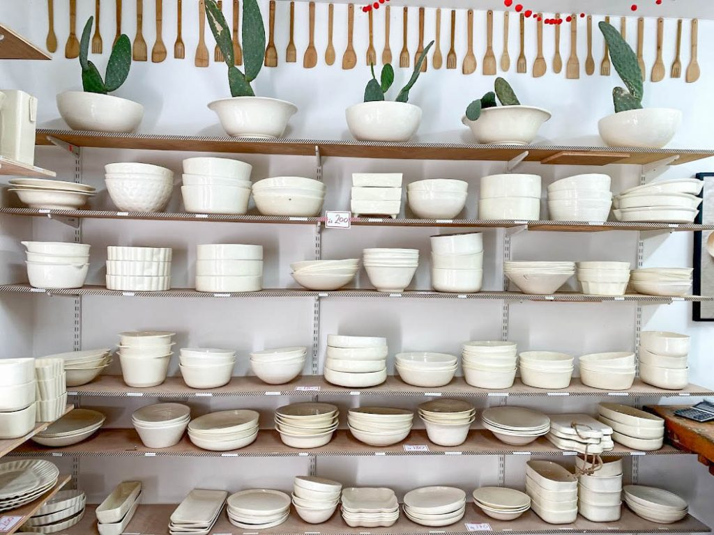 יערה מעצבת ומייצרת בעבודת יד כלי קרמיקה שימושיים