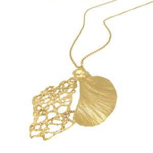 רחלה אלתר היא אמנית צורפת ומעצבת תכשיטים