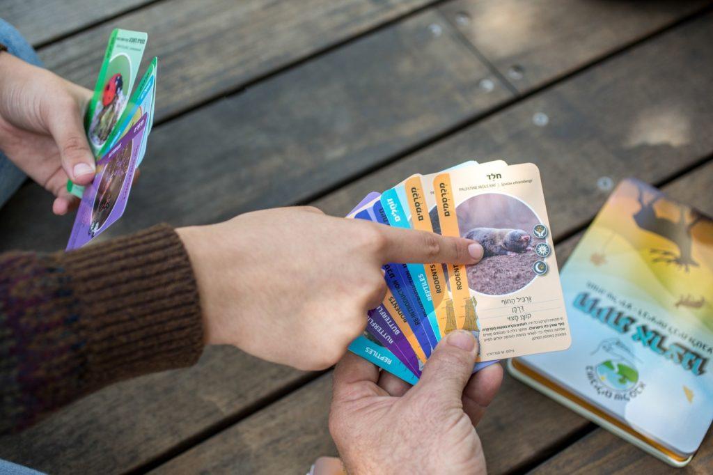 """ענבל בן יעקב משחק קלפים """"בשבילים של סבא"""""""