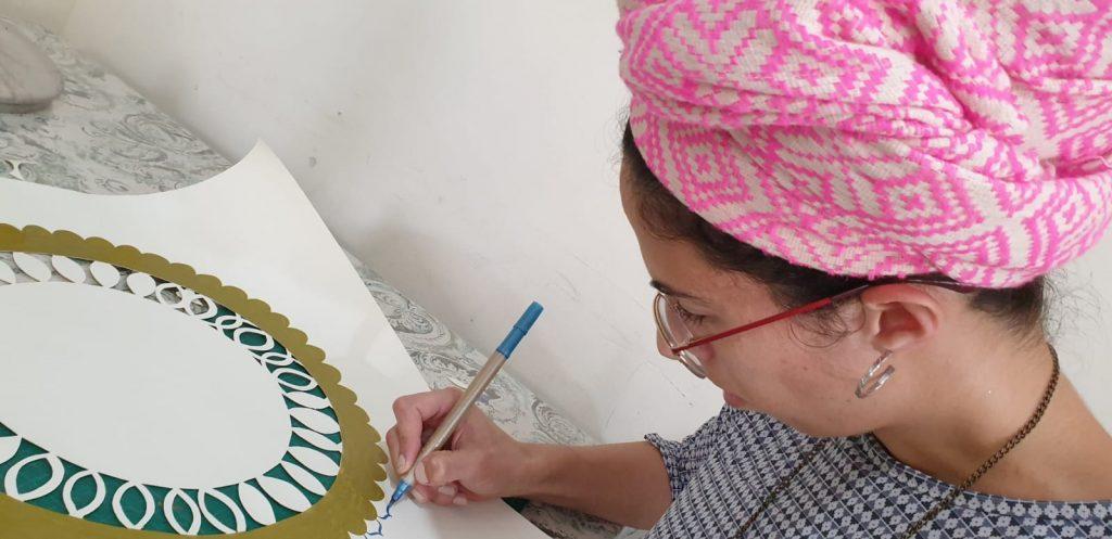 חני גרוס היא אומנית קליגרפיה